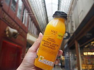 ジュース,手,オレンジ,手持ち,人物,人,旅行,フランス,ボトル,ポートレート,ドリンク,海外旅行,ライフスタイル,オレンジジュース,手元,テキスト