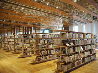 本でいっぱいの本棚のある部屋の写真・画像素材[3691108]