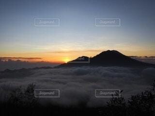自然,風景,空,屋外,朝日,雲,霧,山,トレッキング,登山,正月,雲海,お正月,日の出,高原,海外旅行,バリ島,新年,初日の出,日中