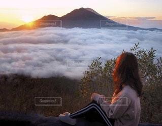 女性,自然,風景,空,絶景,屋外,朝日,雲,霧,山,トレッキング,登山,人,正月,雲海,お正月,日の出,高原,女子旅,海外旅行,バリ島,新年,初日の出,トレッキング女子