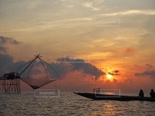 風景,空,屋外,湖,太陽,朝日,雲,ボート,船,水面,影,旅行,正月,お正月,タイ,日の出,早朝,海外旅行,新年,初日の出,人影,日中,サンライズ,ボートツアー,サンライズツアー,パッタルン