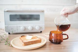 コーヒーとバタートーストの写真・画像素材[3307544]
