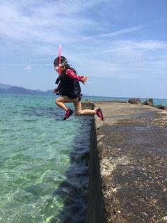 水遊び海飛び込み4歳楽しんでる - No.651364