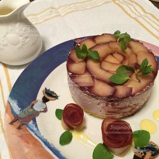 テーブルの上に食べ物のプレートの写真・画像素材[841780]