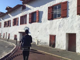 建物の前に立っている男の写真・画像素材[2140210]