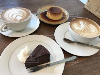 コーヒー カップの横にある皿の上のケーキのスライスの写真・画像素材[815947]