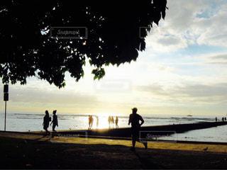 ビーチの上を歩く人々 のグループの写真・画像素材[991396]