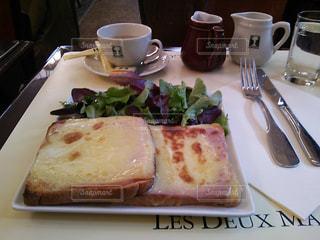 フランス パリ カフェ レドゥマゴ クロックムッシュの写真・画像素材[510255]