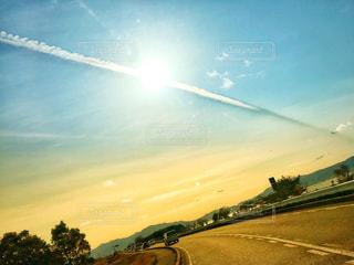 太陽と飛行機雲の写真・画像素材[1014353]