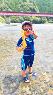 夏,サングラス,水,川,子供,こども,夏休み,水遊び,男の子,水浴び,川遊び,水鉄砲,夏バテ,笑う,お盆,熱中症対策