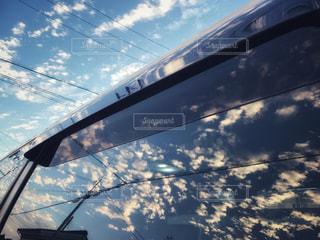 窓に映るうろこ雲の写真・画像素材[1521083]