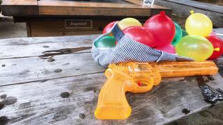 帽子からこぼれる水風船の写真・画像素材[1537436]