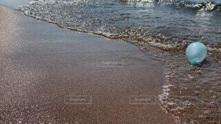 自然,海,夏,屋外,湖,砂,ビーチ,足元,足,波,水面,海岸,風船,子供,人物,人,琵琶湖,水風船,ハプニング,こけた,波の音