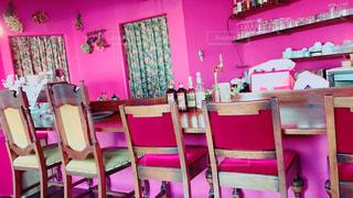 近くの部屋で赤い椅子のアップの写真・画像素材[878717]