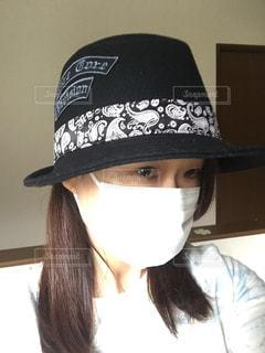 帽子をかぶっている人の写真・画像素材[1111586]