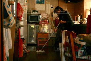 おばあちゃんのお掃除の見学の写真・画像素材[785324]