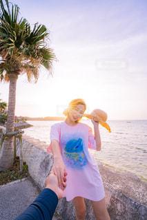 女性,風景,海,空,夏,夕日,屋外,ピンク,ビーチ,カラフル,雲,青,沖縄,観光,洋服,人物,人,Tシャツ,旅行,笑顔,旅,シャツ,ポートレート,スナップ,おしゃれ,夏服,半袖,インスタ映え