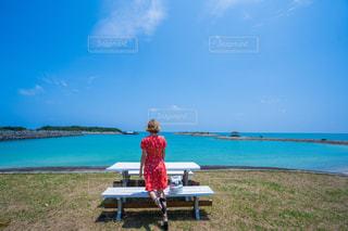 女性,風景,海,空,夏,屋外,ビーチ,雲,青,後ろ姿,沖縄,観光,洋服,人物,背中,人,後姿,旅行