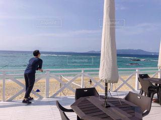 男性,風景,海,空,夏,屋外,ビーチ,雲,青,後ろ姿,沖縄,男,洋服,人物,背中,人,後姿,旅行