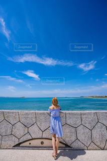 女性,風景,海,空,屋外,雲,青空,青,後ろ姿,水面,沖縄,観光,人物,背中,人,後姿,旅行,旅,眺め,フォトジェニック,インスタ映え