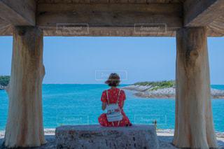 女性,自然,風景,海,屋外,青,後ろ姿,ベンチ,観光,洋服,人物,背中,人,後姿,旅行,旅,眺め