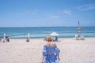 砂浜の上に立つ人々のグループの写真・画像素材[2232332]