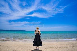 浜辺の前に立っている男の写真・画像素材[2263905]