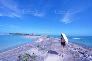 浜辺に立っている人の写真・画像素材[2263943]