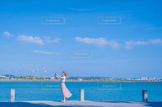 スマホで海辺をスナップの写真・画像素材[2283308]