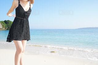 浜辺に立つ女性の写真・画像素材[2293039]