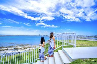 青い海に映えるスカートの写真・画像素材[2317243]
