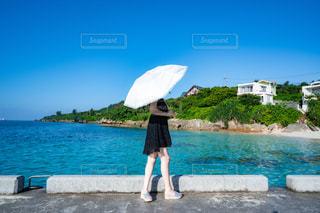 日傘と女性の写真・画像素材[2377217]