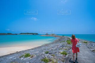 青い海と赤いワンピースの写真・画像素材[2377218]