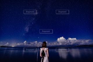 夜空と星の写真・画像素材[2378727]