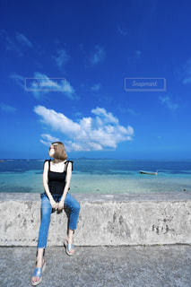 海をバックにの写真・画像素材[2415010]