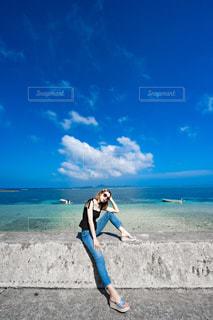 海と女性の写真・画像素材[2415015]