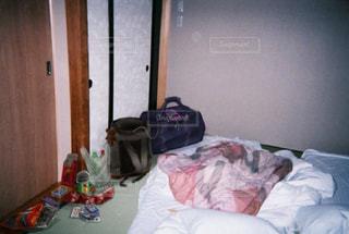 部屋に散らかったベッドの写真・画像素材[989352]