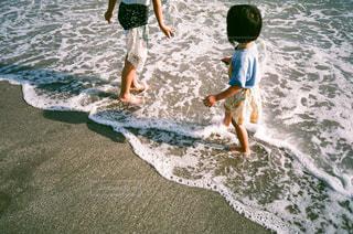 水の中のサーフボードに波に乗っている若い女の子の写真・画像素材[2369917]