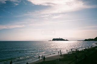 水域の近くのビーチで人々のグループの写真・画像素材[2369930]