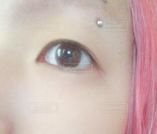 目,二重,眉ピ,髪色ピンク