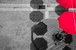 赤い傘を持っている人の写真・画像素材[2225857]