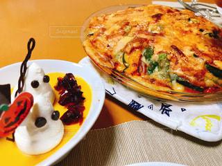 近くのピザのスライスを皿の料理 - No.844147