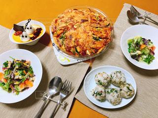 テーブルの上に食べ物のプレート - No.844148