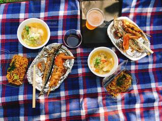 テーブルな皿の上に食べ物のプレートをトッピング - No.844149