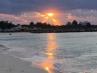 与那覇前浜ビーチでの朝日の写真・画像素材[896787]