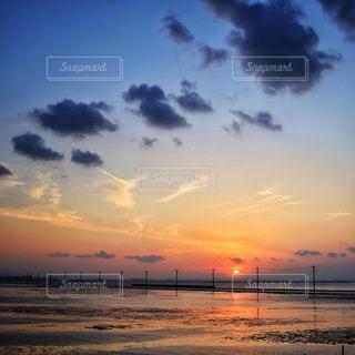 水の体に沈む夕日の写真・画像素材[1294022]