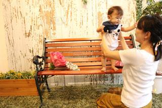 ベンチに座っている少女の写真・画像素材[723295]