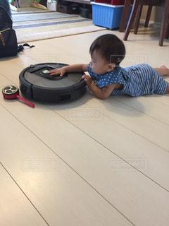 ルンバを追いかける赤ちゃんの写真・画像素材[785229]