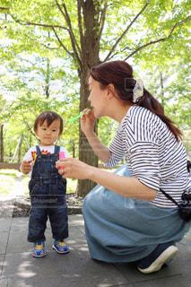 公園,緑,晴れ,赤ちゃん,母,男の子,ママ,お母さん,1歳,しゃぼん玉,ママと赤ちゃん,ママと子ども,ぼうや,ぼうやシリーズ