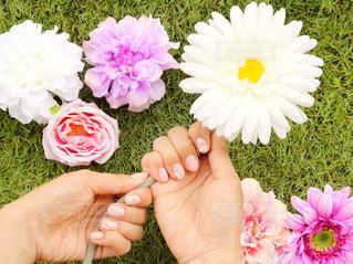 花を持っている人の写真・画像素材[1191079]